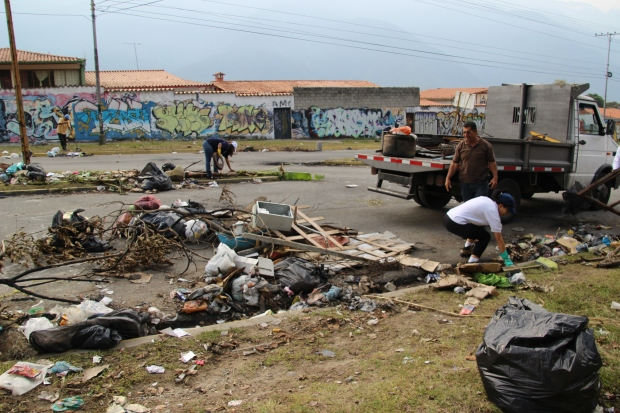 After days of the garbage being abandoned by the opposition, some Chavistas got sick of the smell and came out to clean the mess.